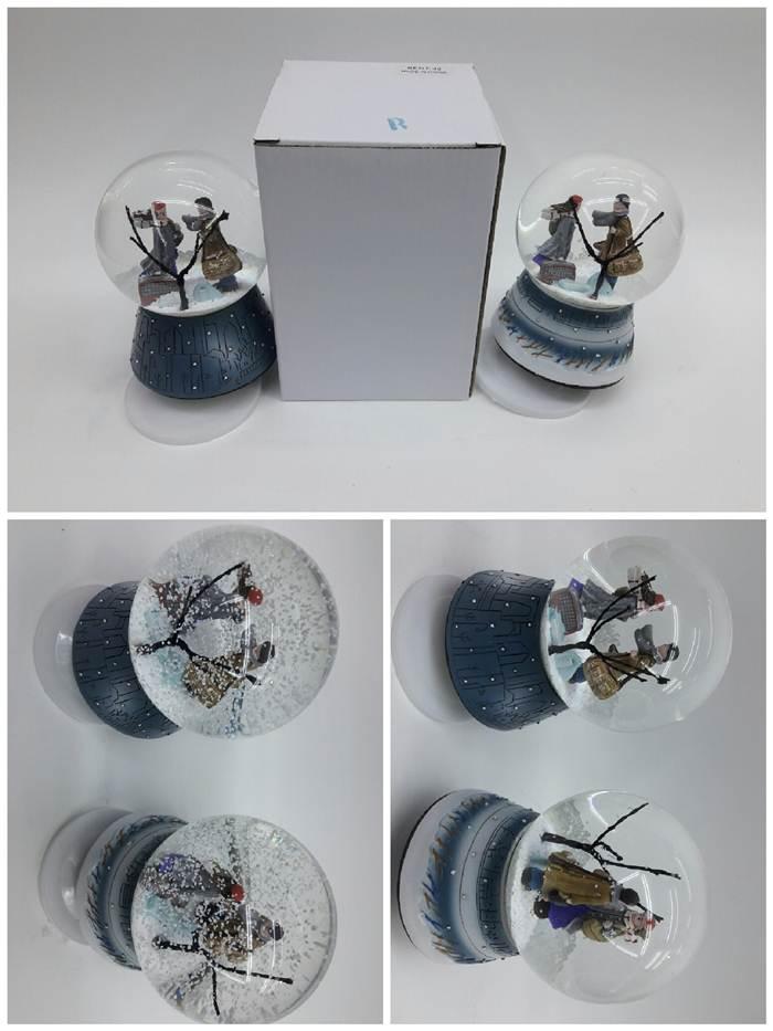 Sulu ve kurmalı müzik kutusu büyük boy olarak 20 cm ebatında standart büyük boy olan sulu kar küresi müzikli kutu içerisinde 30 farklı model bulunan çok farklı tasarımlara sahip olan , kış masalı modeli panda hayvan fügürlü tavşan kuş kelebek at boğa kardan adam gelin damat kalpli bebek kalpli gelin damat daha nice farklı modelleri 30 farklı model olan sulu ve müzik kutusu olan sulu alttan kurmalı olup içerideki figürlerin müzik çalarak dönmesini sağlayıp farklı ve şık bir görüntü ve doğal bir ses vererek her yılın ençok ve devamlı satan bir ürün olarak sulu müzikli küre modelleri toptan satışlarımızda mevcuttur.